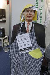 Puppe von Bundeskanzler und Parteivorsitzendem Gerhard Schroeder verkleidet als Hausfrau.