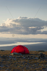 Zelt auf dem Berg Elgahogna mit Blick auf den See Femunden  Femundsmarka Nationalpark  Hedmark Fylke  Norwegen  Juli 2011