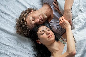 Paar im Bett - draufsicht nah