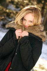 Frau friert im Winter