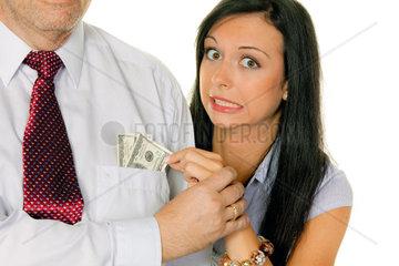 Junge Frau zieht einem Mann Geld aus der TascheDollar