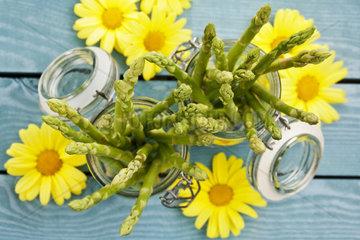 Gruener Spargel in Einmachglaeser  anbei einige gelbe Blueten