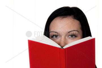 Frau mit Buch beim Lesen