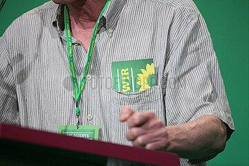 Delegierter haelt Rede auf Gruenen-Parteitag