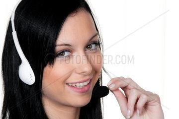 Frau mit Headset im Kunden Service Telefon Hotline