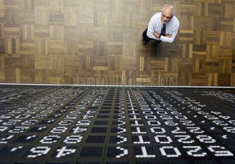 Aktien als Altersvorsorge - Broker beim Aktienhandel an der Boerse Frankfurt