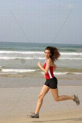 Frau am Meer joggend