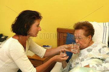 Seniorin mit Pflegerin (Model-Released)
