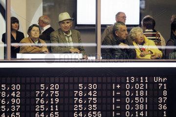 Aktien als Altersvorsorge - Rentner auf der Besucherplattform der Boerse Frankfurt
