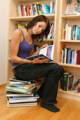 Teenager liest ein Buch