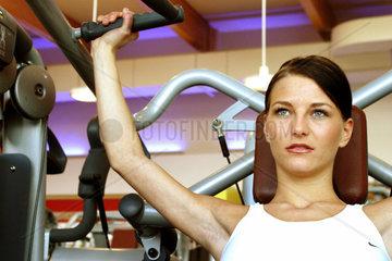 Frauen im Fitness-Studio beim Gewichtstraining