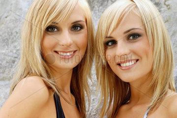 Portrait von huebschen Zwillingen