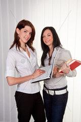 Zwei junge Frauen Auszubildende im Gespraech in der Schule
