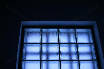 Fenster aus Glaswuerfeln