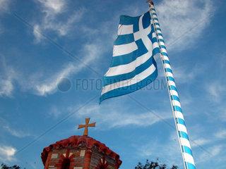 Griechenlandfahne vor Kirche