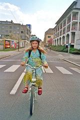 Radfahrerin mitten auf der Strasse
