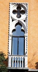 Fenster im venezianischen Stil mit aufwendiger Stuck Verzierung