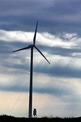 Windrad im Windpark fuer alternative Strom Energie