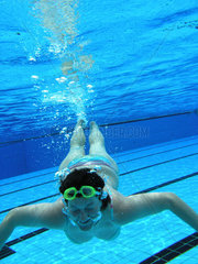 Frau taucht in einem Schwimmbad