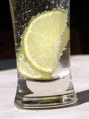 Zitrone in Mineralwasser