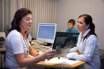 Arzt untersucht einen kleinen Patient