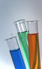 Laborglaeser mit bunter Fluessigkeit