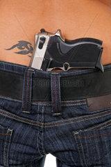 Maedchen Ruecken mit einer versteckten Waffe