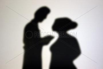 Mann und Frau im Gespraech