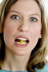 Frau mit Tablette