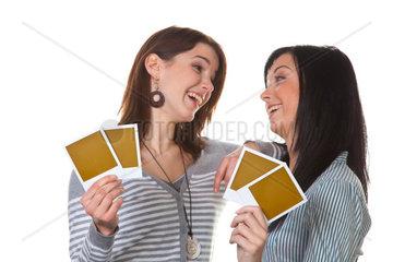 Zwei Freundinnen haben lachen sich an beim Kartenspiel