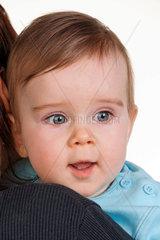 Portraet eines kleinen Kindes mit grossen Kinder Augen