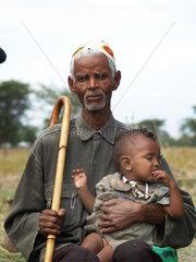Alter Mann mit Kleinkind in Uganda
