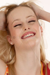 Junge froehliche Frau