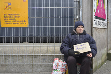 Wohnunglose Frau am Hamburger Hauptbahnhof