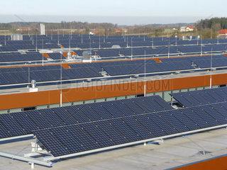 Grosse Dachflaechen mit Photovoltaik Anlagen in einem Betrieb