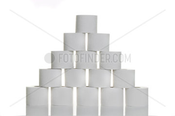 Eine Pyramide aus Toilettenpapier vor weissem Hintergrund