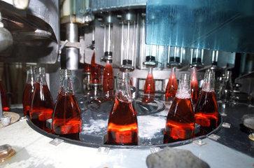 Abfuellanlage mit Limonadenflaschen in einer Brauerei