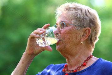 Senioren trinken Wasser
