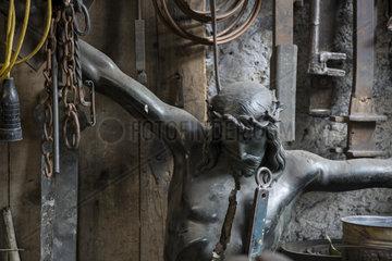 Christusfigur fuer Grabkreuz in einer Schmiede