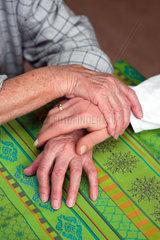 Haende Pflegerin und einer alten Frau