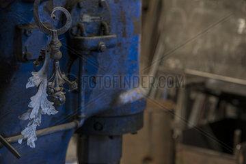 Geschmiedete Rose aus Kupfer in einer Schmiede