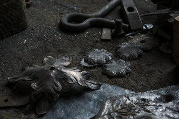 Geschmiedete Blaetter aus Kupfer