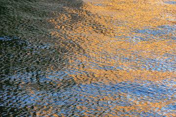 Sonnenrelex auf der Wasseroberflaeche