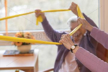 Altenpflege - Gymnastikgruppe im Altenheim