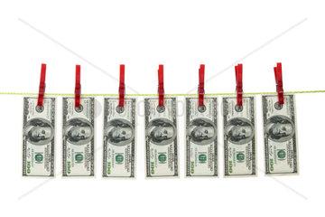 Symbol fuer Geldwaesche mit Dollar auf Waescheleine