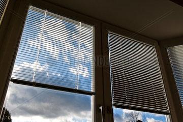 Jalousien Fenster als Sonnenschutz  Hitzeschutz