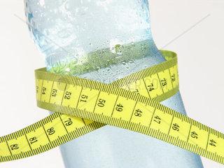 Mineralwasserflasche mit Massband