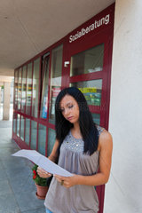 Junge Frau beim Sozialamt einer Stadt