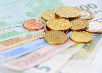 Euroscheine und Muenzen