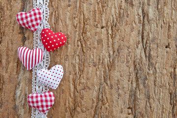Hintergrund aus Eichenrinde mit kleinen roten Herzen